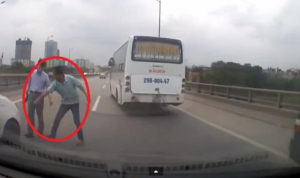 Cận cảnh cuộc rượt đuổi gay cấn của taxi và Toyota Altis trên cầu Thanh Trì 10