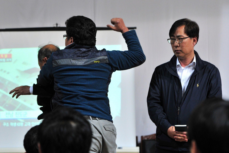 Chìm phà Sewol: Quẫn trí, thân nhân tát vào mặt quan chức 6