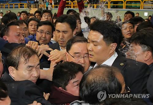 Chìm phà Sewol: Quẫn trí, thân nhân tát vào mặt quan chức 8