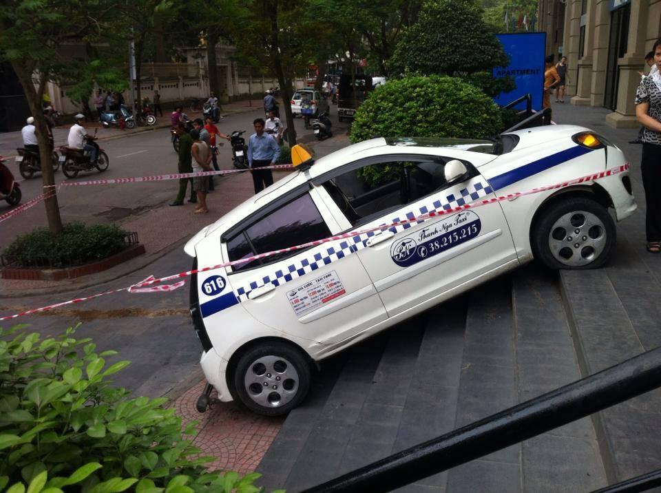 Taxi leo vỉa, tông bị thương người cao tuổi 6