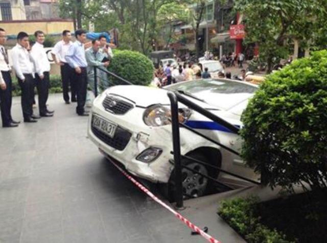 Taxi leo vỉa, tông bị thương người cao tuổi 7