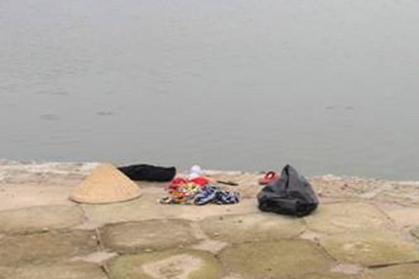 Hãi hùng phát hiện xác nổi trên hồ Linh Đàm 1