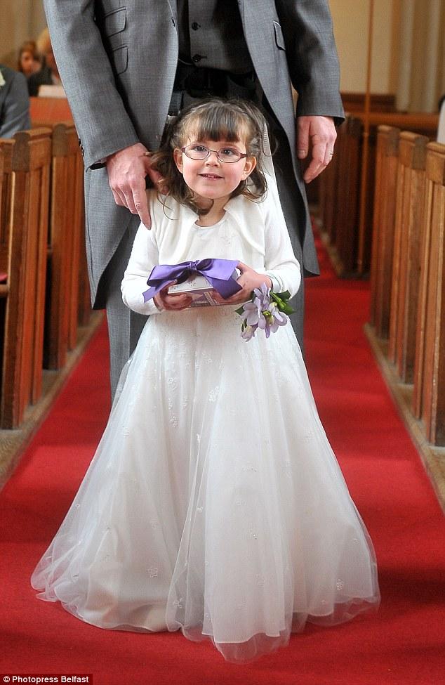 Cô phù dâu 4 tuổi gắn cả cuộc đời trên đôi chân người cha 12