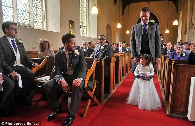 Cô phù dâu 4 tuổi gắn cả cuộc đời trên đôi chân người cha 4