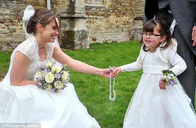 Cô phù dâu 4 tuổi gắn cả cuộc đời trên đôi chân người cha 6