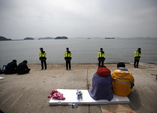Vụ chìm tàu Hàn Quốc: Tìm thấy 13 thi thể bên trong xác tàu 9