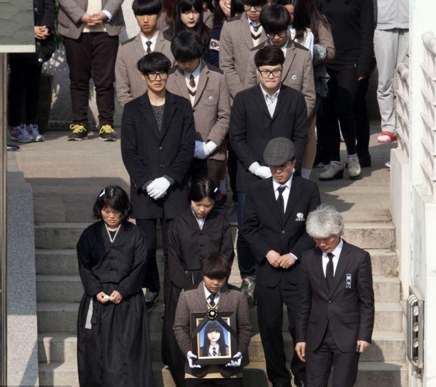 Chìm phà Hàn Quốc: Đám tang đẫm nước mắt của hiệu phó tự tử  10
