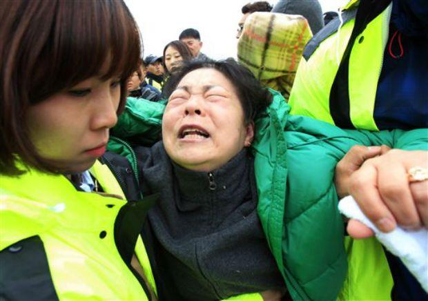 Rơi nước mắt với những hình ảnh bi thương từ vụ chìm phà Sewol 18