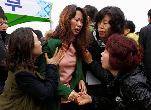 Rơi nước mắt với những hình ảnh bi thương từ vụ chìm phà Sewol 13