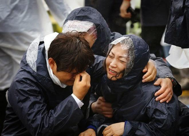 Rơi nước mắt với những hình ảnh bi thương từ vụ chìm phà Sewol 14