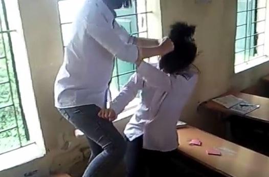 Nữ sinh đánh nhau như côn đồ ngay trong lớp học