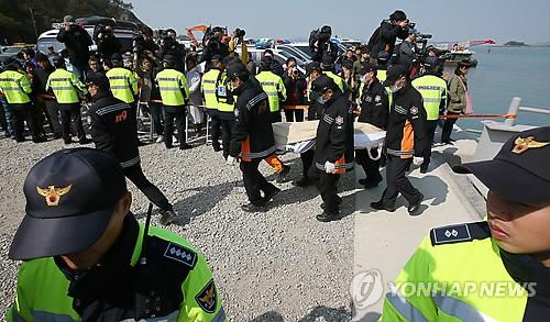 Tang thương cùng cực tại lều nhận dạng nạn nhân chìm phà Sewol 7