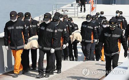 Chìm phà Sewol: Cảng Paengmok thành tâm điểm của nỗi đau 7