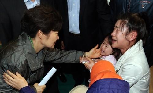 Tìm thấy thi thể cô dâu người Việt trên phà Sewol 6