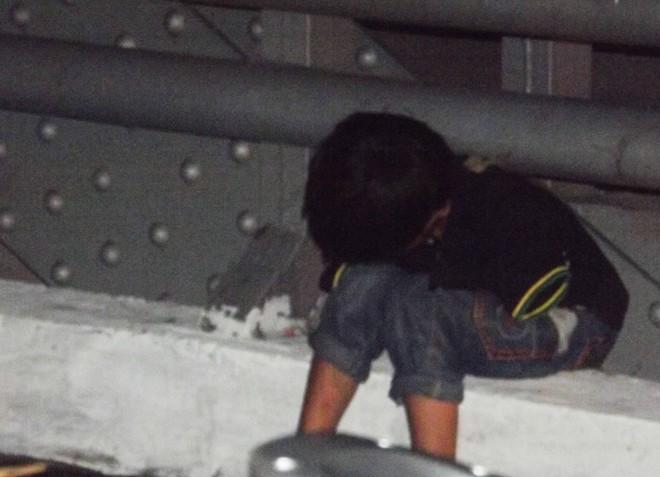Vở kịch của chú bé khóc vì mất tiền trên cầu lúc nửa đêm 5