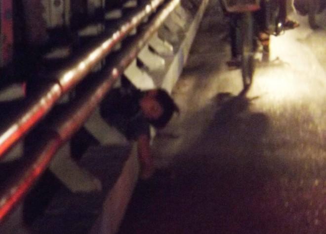 Vở kịch của chú bé khóc vì mất tiền trên cầu lúc nửa đêm 6