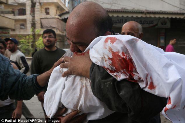 Xung đột Syria: Bi thương cha ôm xác con trong tấm chăn đẫm máu 6