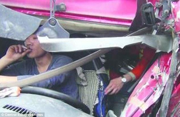 Tai nạn nghiêm trọng, tài xế chỉ cho cứu sau khi gọi cho vợ 6