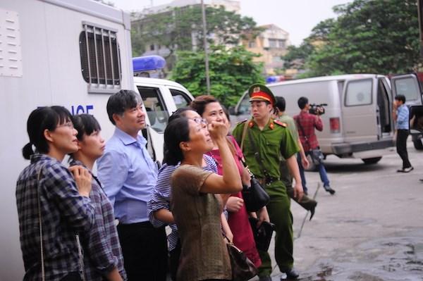 Clip: Vợ Dương Chí Dũng mắt ngấn lệ, hôn gió tiễn chồng về trại giam 7
