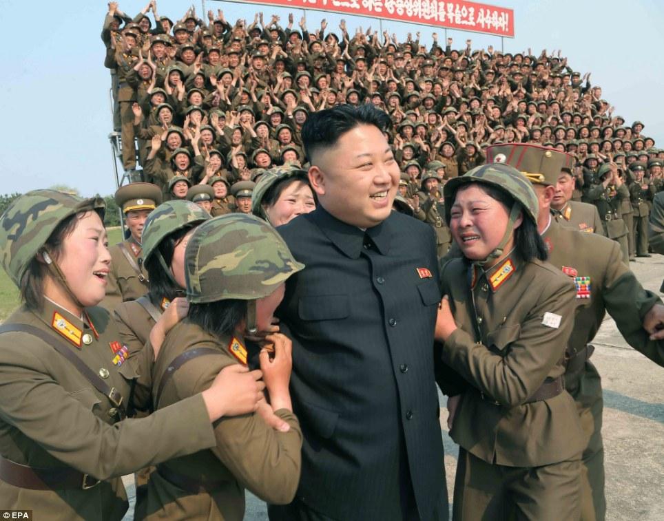 Nữ quân nhân Triều Tiên òa khóc khi gặp Kim Jong-un 7