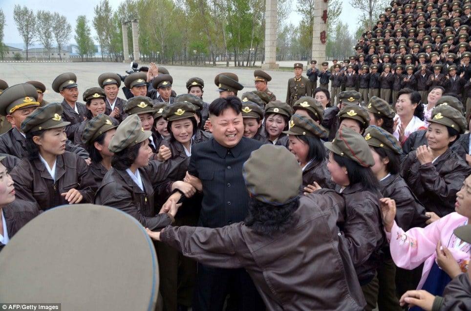 Nữ quân nhân Triều Tiên òa khóc khi gặp Kim Jong-un 6