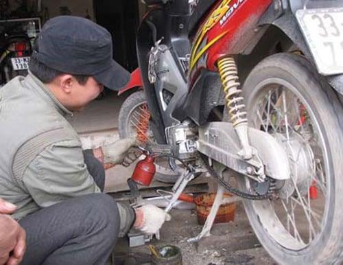Lật tẩy mánh khóe móc tiền trắng trợn của thợ sửa xe máy 6