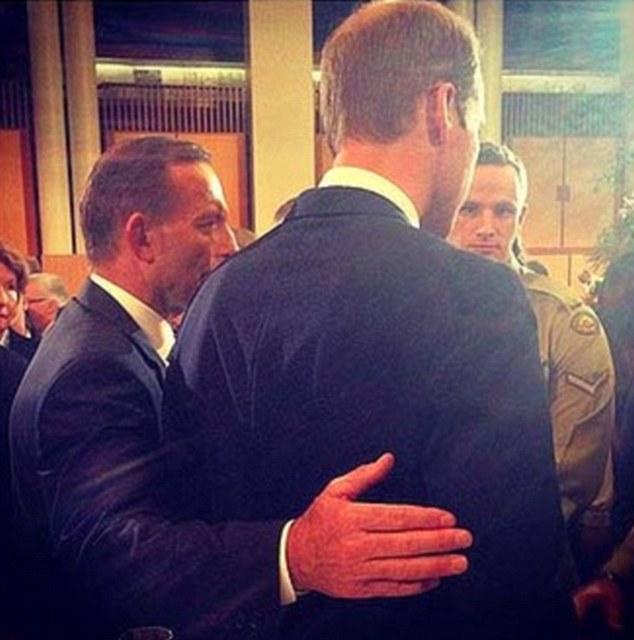Ôm hoàng tử Anh, Thủ tướng Úc bị tố vi phạm nghi thức hoàng gia 6