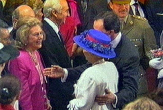 Ôm hoàng tử Anh, Thủ tướng Úc bị tố vi phạm nghi thức hoàng gia 7