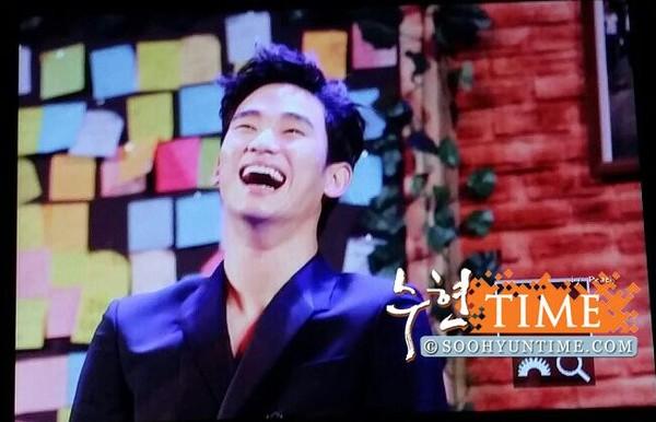 Kim Soo Hyun cười đùa cùng người hâm mộ Indonesia sau khi rời Việt Nam 7