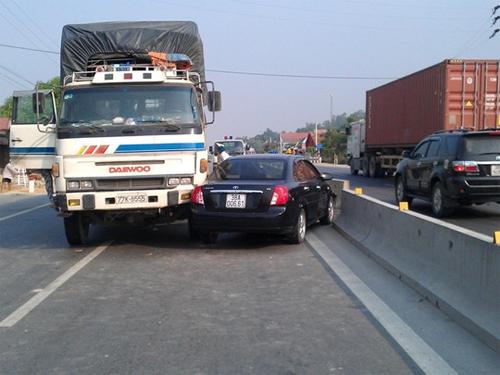 Ngang nhiên đi ngược chiều, xế hộp bị xe tải tông 6