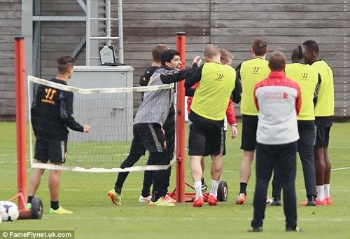 Hai cầu thủ Liverpool đánh nhau trước đại chiến với Chelsea 6