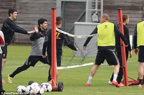 Hai cầu thủ Liverpool đánh nhau trước đại chiến với Chelsea 9