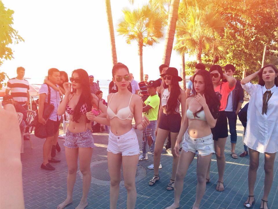 Vũ Khắc Tiệp tình tứ ôm Ngọc Trinh bên bãi biển 9
