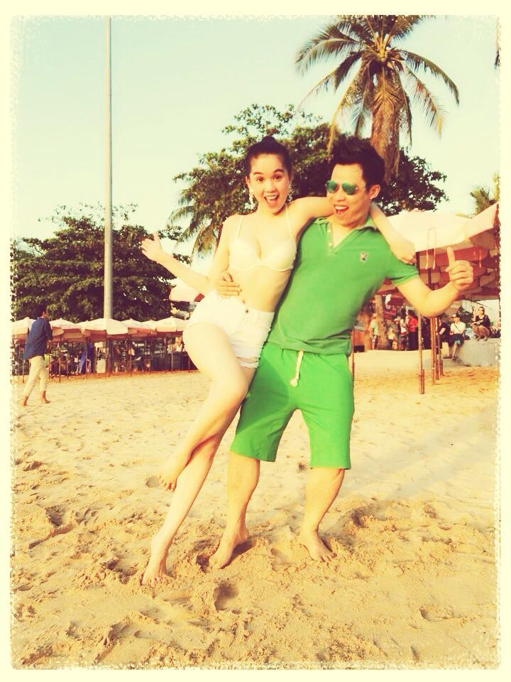 Vũ Khắc Tiệp tình tứ ôm Ngọc Trinh bên bãi biển 6