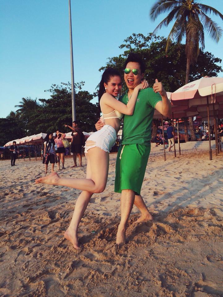 Vũ Khắc Tiệp tình tứ ôm Ngọc Trinh bên bãi biển 7