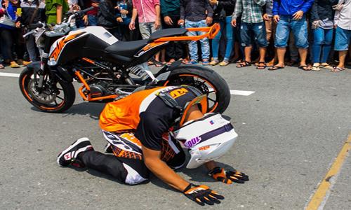 Ý thức kém của khán giả Việt khiến Biker quỳ lạy giữa đường 5