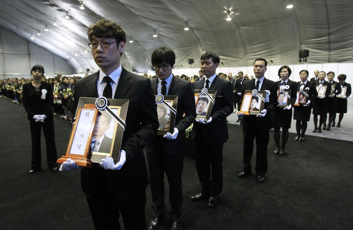 Tổng thống Hàn Quốc xin lỗi quốc dân về vụ chìm phà 8
