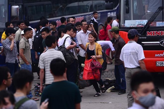 Nghỉ lễ 30/4 -1/5: Hàng nghìn người dân chen lấn rời Thủ đô 9