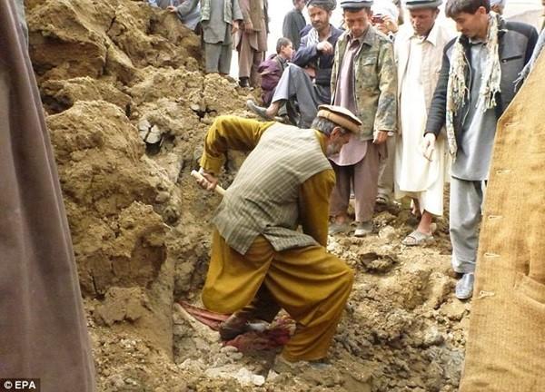 Hiện trường vụ lở đất kinh hoàng ở Afghanistan khiến hơn 2.100 người chết 12