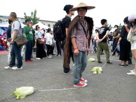 Thanh niên Trung Quốc rộ mốt dắt...bắp cải đi dạo 5