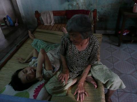 Đắng lòng cô gái tật nguyền bị hiếp chết, mẹ già...