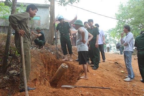 Hà Tĩnh: Phát hiện quả bom khủng khi làm đường 7