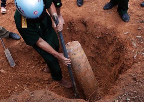 Hà Tĩnh: Phát hiện quả bom khủng khi làm đường 6
