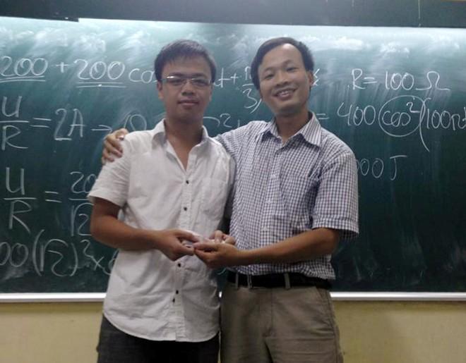 Thầy giáo Vật lý nổi tiếng có biệt danh vua trắc nghiệm 8