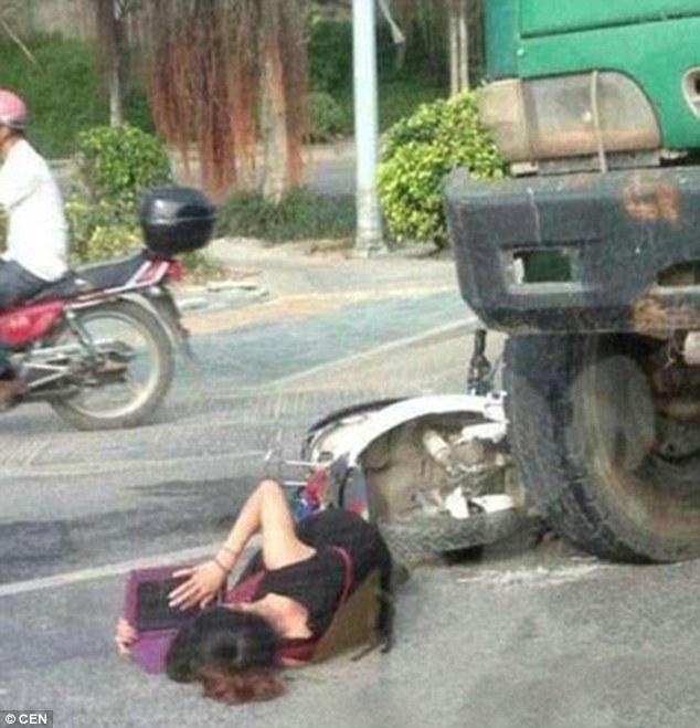 Tai nạn nghiêm trọng, vẫn tranh thủ học tiếng Anh trong khi chờ xe cứu thương 6