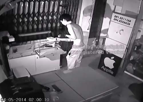 Tên trộm đu dây chui vào cửa hàng khoắng sạch điện thoại 5