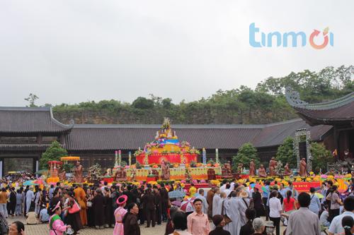 Hàng vạn người đổ về dự khai mạc Đại lễ Phật đản 2014 7
