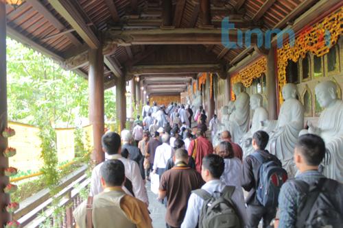 Hàng vạn người đổ về dự khai mạc Đại lễ Phật đản 2014 11