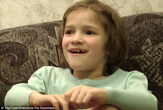 Xúc động cảnh cô bé 8 tuổi say sưa xem clip lúc mình chào đời  1