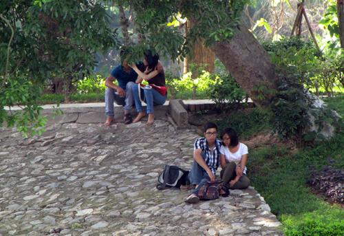 Nam thanh, nữ tú rủ nhau vào vườn thú trốn nắng nóng 9